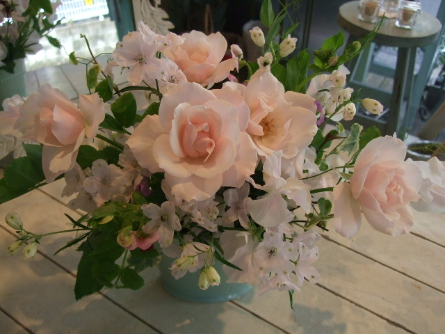 オークリーフ(市川バラ園のシルエットとデルフィニウムの桜色アレンジメント)_f0049672_1256175.jpg