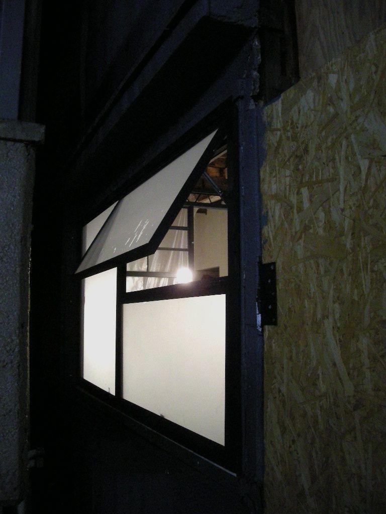 ガラスを入れる作業が始まりました。_f0192906_22472295.jpg