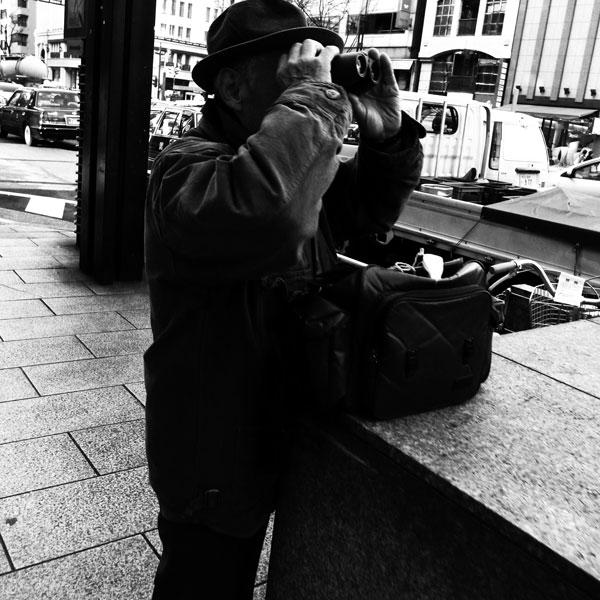 双眼鏡と老人_e0004009_0163525.jpg