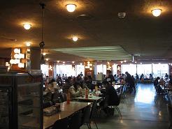 昭和レトロなデバートの特大ソフトクリーム。「街なか」では希少な宿、ホテル花城。 岩手県花巻市_c0108635_018585.jpg