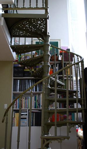 本棚の前の螺旋階段_f0179528_23252194.jpg