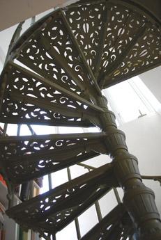 本棚の前の螺旋階段_f0179528_23505032.jpg