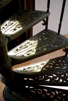 本棚の前の螺旋階段_f0179528_2351567.jpg