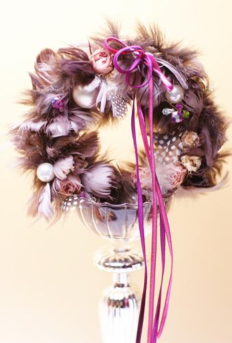 チョコレート色のファーとフェザーと薔薇のリース_c0165636_21545661.jpg