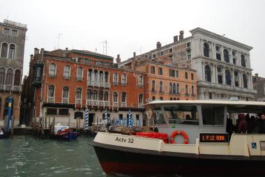 ヴェネツィアの水上バスと渡しの乗り方。_d0129786_14594867.jpg