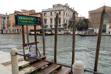 ヴェネツィアの水上バスと渡しの乗り方。_d0129786_1522037.jpg