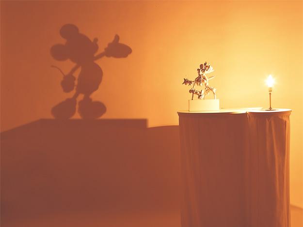 光を当てると影がミッキーマウスに