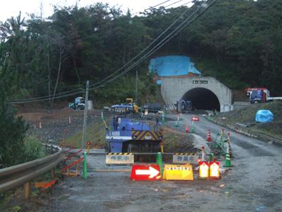 「呑之浦トンネル」の呑之浦側道路が工事中です。_e0028387_2359224.jpg