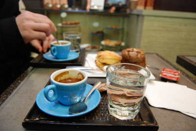 W.4th のカフェ。 「49th PARALLEL COFFEE ROASTERS」_d0129786_1548230.jpg