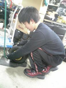 タイヤ交換をしているアベックス_c0110396_2375274.jpg