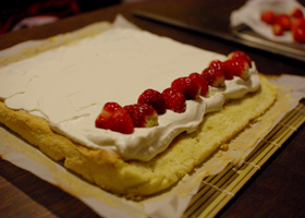 いちごのロールケーキ(別立て 油脂・水分なし)_c0110869_20175728.jpg