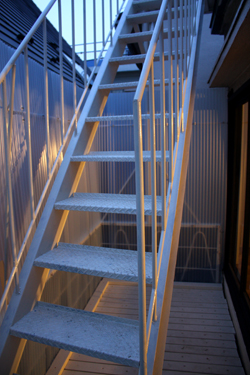 ベランダ、階段、、、その上は_f0192906_0592319.jpg
