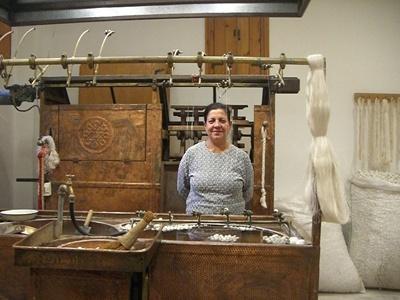 絹糸を作る人