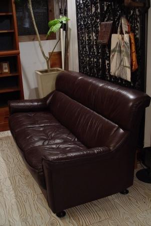 こげ茶色本革シートの3Pソファー入荷しました!!_a0096367_21554942.jpg