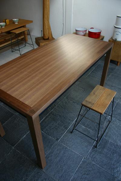 ウォルナットのシンプルなテーブル_f0171785_1341323.jpg