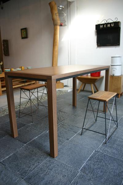 ウォルナットのシンプルなテーブル_f0171785_13454731.jpg