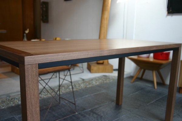 ウォルナットのシンプルなテーブル_f0171785_13471565.jpg