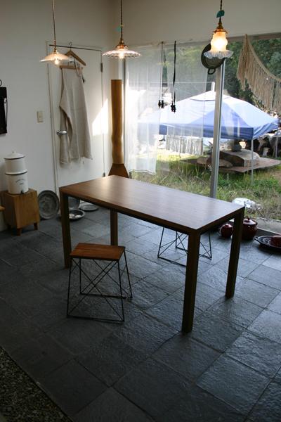 ウォルナットのシンプルなテーブル_f0171785_13522474.jpg