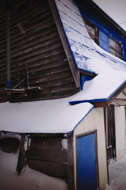 青い小さな扉のある家_f0042194_22285920.jpg