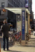 バイクレーンに続いてニューヨークに駐輪場が登場_b0007805_1461896.jpg