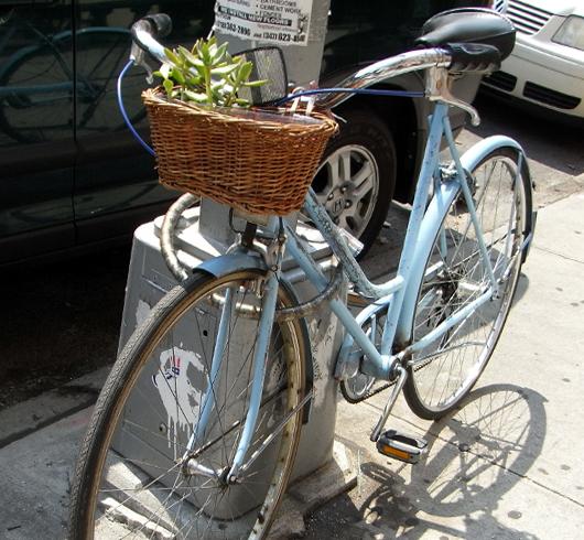 バイクレーンに続いてニューヨークに駐輪場が登場_b0007805_14842100.jpg