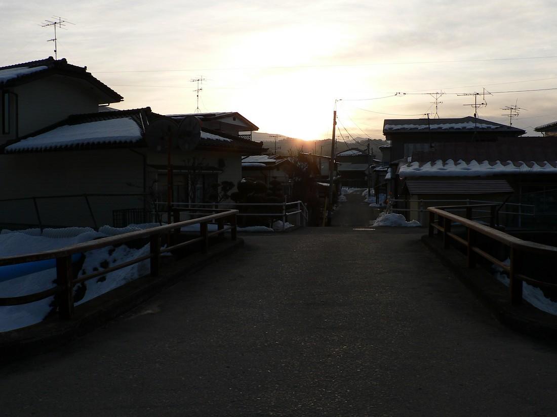 鍋倉山の東で、朝日が昇るさまを見る_d0001843_2327125.jpg