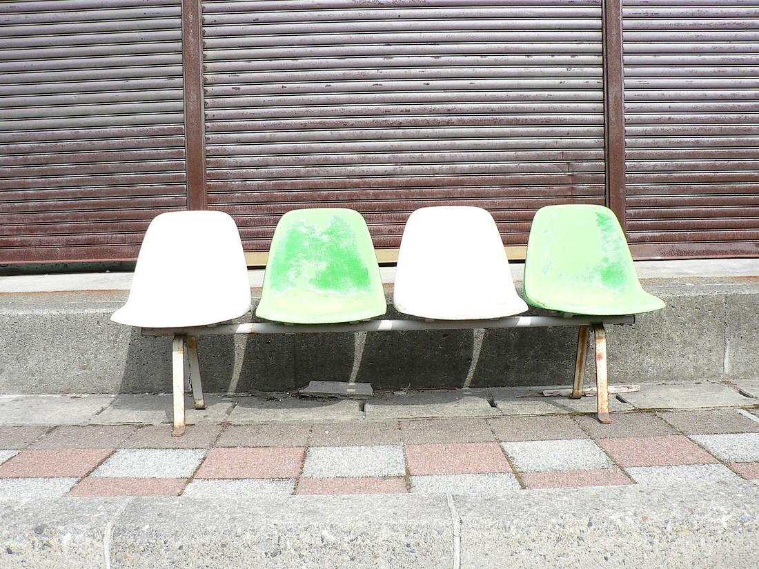 下りた侭のシャッター、古い椅子タチ_d0001843_22501889.jpg