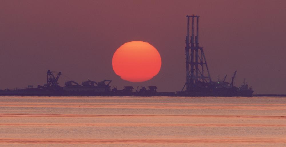 朝陽とクレーン 横浜・磯子 1996年3月~4月_c0190190_6403888.jpg