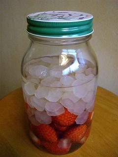 イチゴ酢、熟成中_a0057402_2323585.jpg