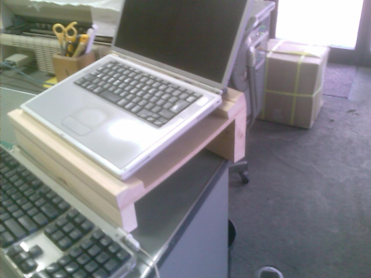 ラップトップ用木製スタンド_f0192307_1334342.jpg