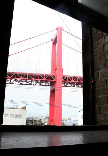 「警官の血」ロケ地       若戸大橋が見える(予告)_a0107574_5582351.jpg