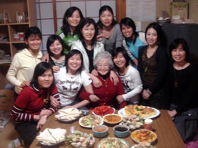 【9088】 別離の時・・・帰国するベトナム娘たち _e0083820_22403274.jpg