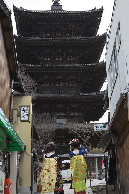 八坂の塔と舞妓_e0133774_2233750.jpg