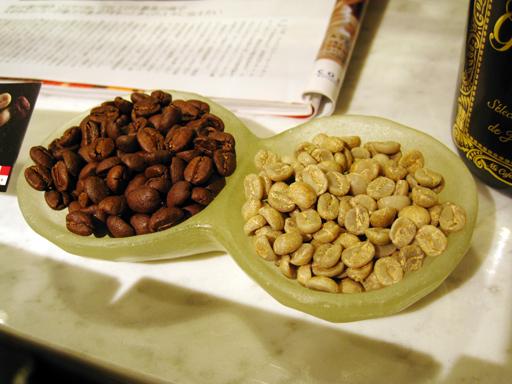 焙煎豆(左)と生豆(右)