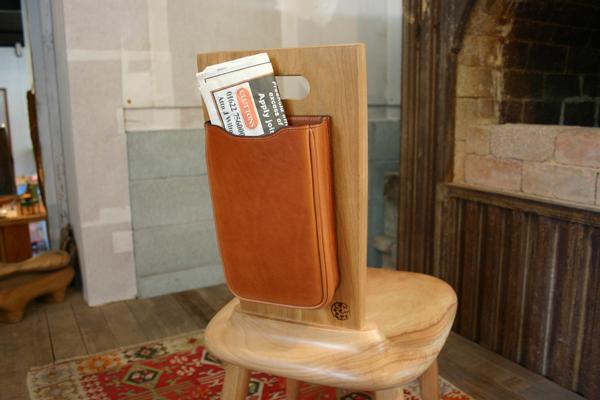 新聞ケースがある椅子_f0171785_15345422.jpg