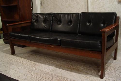人気の木アームに、ボタン付きのクッション 木アームのカッコイイ黒3Pソファーと大きめ本棚