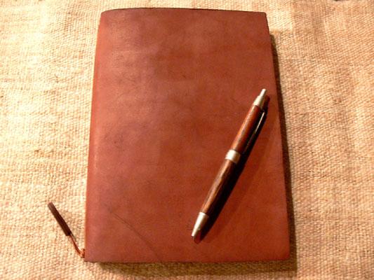 雰囲気のあるレザーカバーのノートと、お洒落なペンケースのご紹介です ...