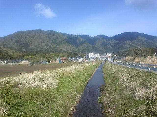 弥彦山と小川_c0170940_11592046.jpg