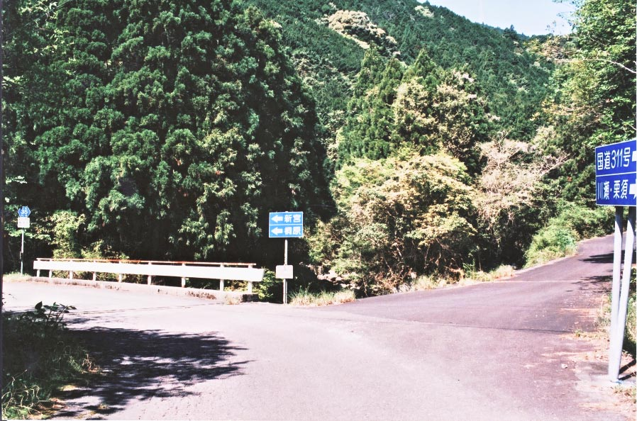 桃太郎岩    Road of the Momotaro\'s rock_e0156251_764567.jpg