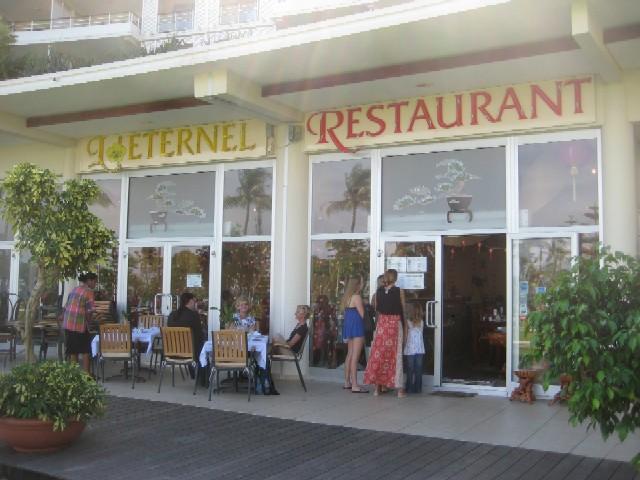ニューカレドニアの青い空(3)眺めの良いアジアンレストラン@L\'Eternel[Anse Vata/Noumea]_c0013687_11144765.jpg