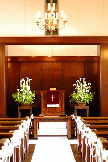 東京 高輪教会 *カラーの祭壇花、初夏の装花たち、そしてチェアフラワー_a0115684_8585235.jpg