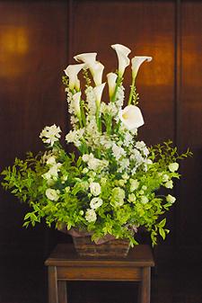 東京 高輪教会 *カラーの祭壇花、初夏の装花たち、そしてチェアフラワー_a0115684_9213563.jpg