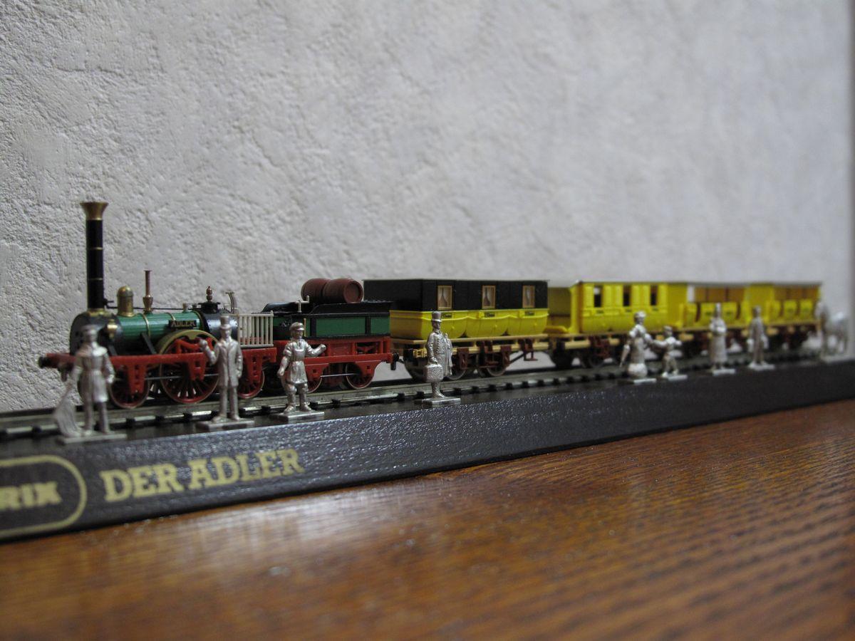客車の先頭に牽かれる黄色と黒の1等車。この中にモーターが隠されている。そ... DER ADLE