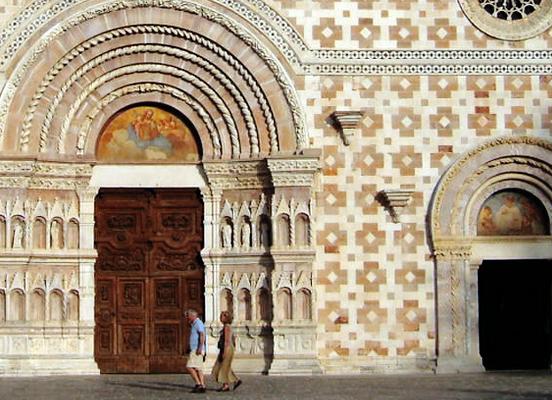 ラクイラ3. 緑に囲まれた珠玉の聖堂〜サンタ・マリア・ディ・コッレマッジョ_f0205783_16552866.jpg