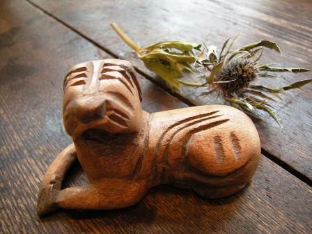 木彫りの犬_f0196455_16331036.jpg
