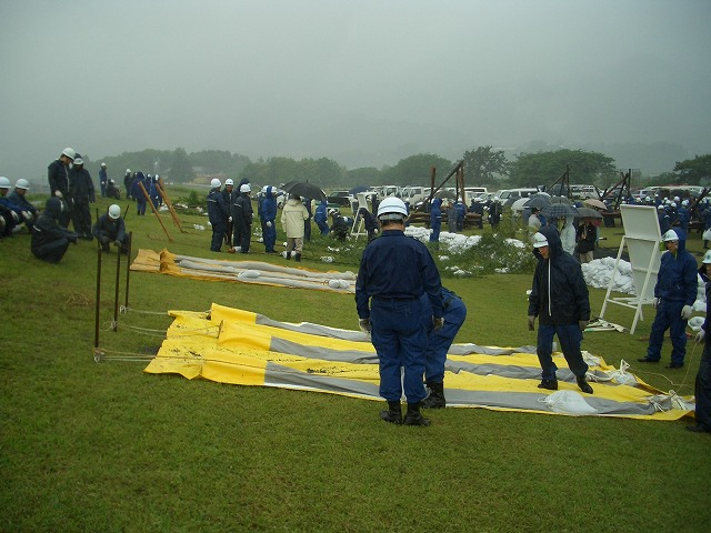 雨の中の水防訓練_f0141310_2338102.jpg