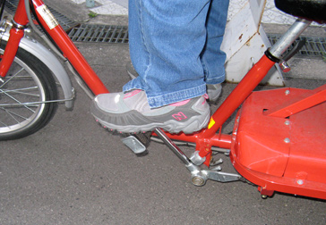 街を走っていた電動アシスト踏込式三輪自転車!_c0167961_2213248.jpg