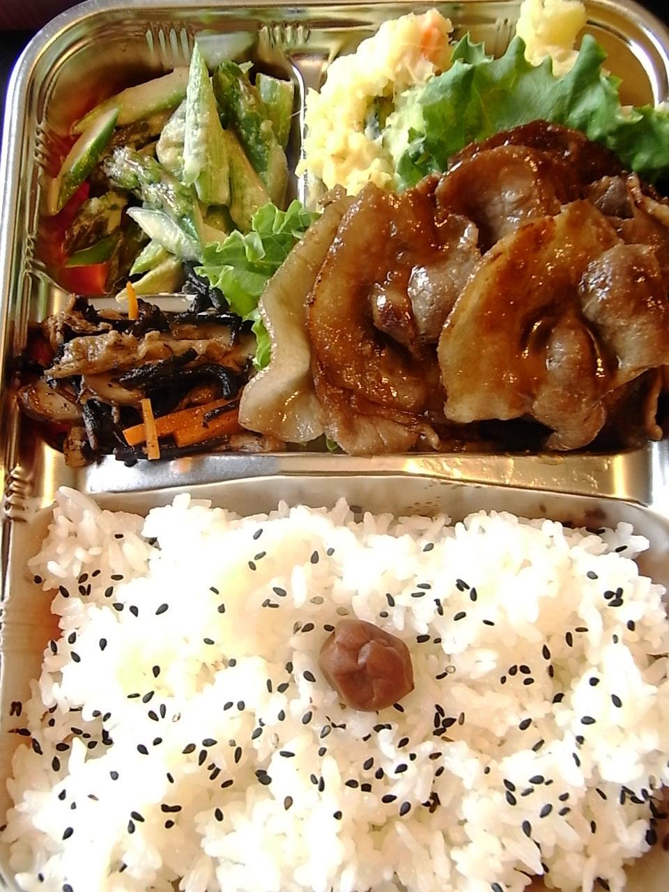 今日のお弁当:豚の生姜焼き弁当_e0061902_0474630.jpg