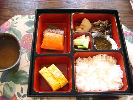 昼食会に五郎も同伴して_f0064906_19242259.jpg