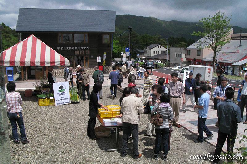風っこ八ケ岳号のお客様に清里の新鮮な牛乳を配布_b0179231_22481152.jpg